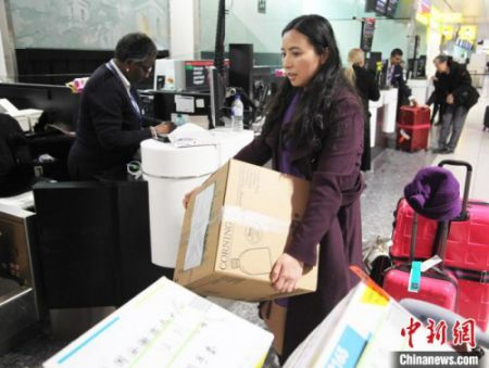 2月14日晚,何彩霞辞去工作岗位,搭乘航班回国,奔赴中国抗击新冠肺炎疫情一线。 张平 摄