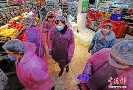 为打赢疫情防控阻击战,湖北宜昌在全市推广以代购和配送为主的无接触购物模式,收集广大群众的基本生活需求,然后与超市、药店及时对接。图为宜昌市某超市内。李风 摄