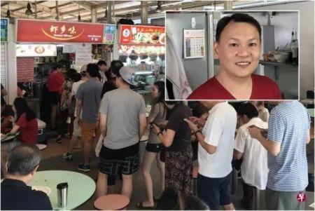 """资料图:""""虾乡味""""生意好,16日早有超过10名食客排队买虾面。 小图:卢文龙当年是名合格的护士,后来经营虾面档口。(新加坡《联合早报》图片)"""