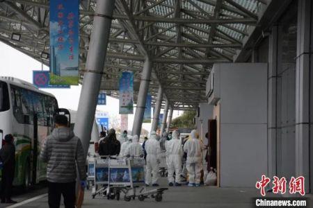青田服务组人员在出口处与机场人员对接,安排相应人员车辆将华侨接回青田进行集中隔离安置。舒旭影 摄
