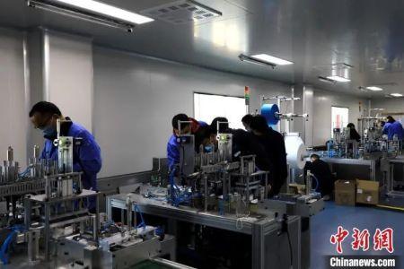 山东华纳医疗器械有限公司一间新的十万级无菌生产车间正在进行设备组装。 李欣 摄
