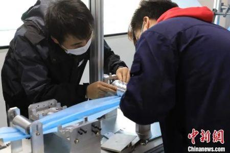 山东华纳医疗器械有限公司新增口罩生产线正在调试。 李欣 摄
