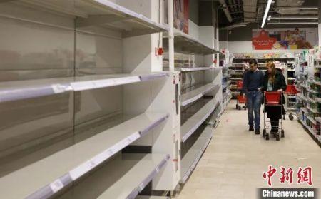 """当地时间3月16日,莫斯科""""阿尚""""超市里,上述部分商品已经被拿空。 王修君 摄"""