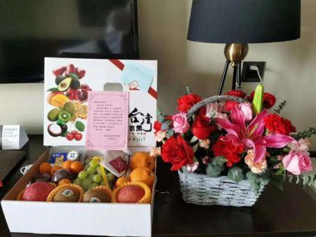 莆田荔城区侨联为隔离侨胞准备的水果和鲜花。受访者供图