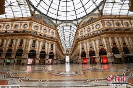 资料图:意大利米兰市中心空无一人的维托里奥·埃马努埃莱二世购物中心。
