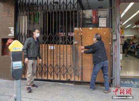 当地时间5月18日,美国旧金山华埠一家店铺重新营业后,又在中午时分关上了大门。中新社记者 刘关关 摄