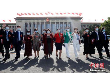 5月28日,第十三届全国人民代表大会第三次会议在北京人民大会堂举行闭幕会。图为闭幕会后,代表走出人民大会堂。 中新社记者 韩海丹 摄