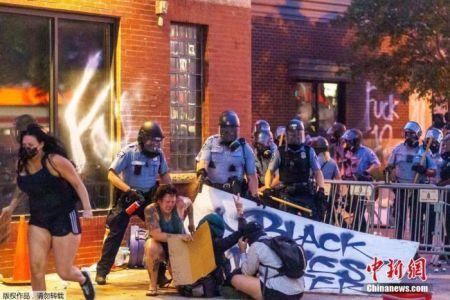 当地时间5月27日,美国明尼苏达州明尼阿波利斯市,警察向抗议者喷胡椒面。