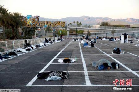 当地时间27日,美联储褐皮书(beige book)经济情势调查报告显示,近几个星期,美国所有地区的经济活动持续大幅衰退,房客也付不出租金。图为当地时间3月30日,美国内华达州拉斯维加斯,无家可归的人睡在临时停车场里。