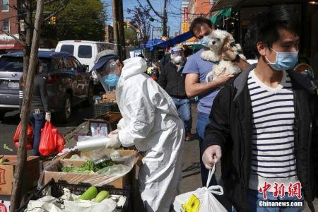 资料图:纽约布鲁克林八大道华人社区,街头的商贩与行人。中新社记者廖攀 摄