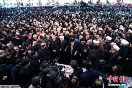 当地时间1月6日,成千上万的伊朗民众走上德黑兰街头,向被美军击杀的高级军官苏莱曼尼表示敬意。