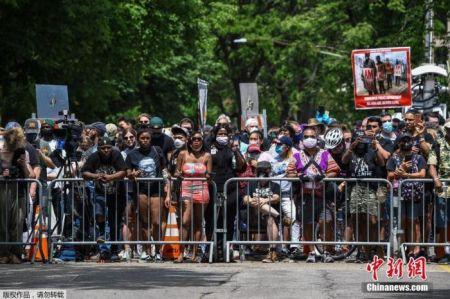 美国非裔男子弗洛伊德追悼会现场,抗议者聚集。