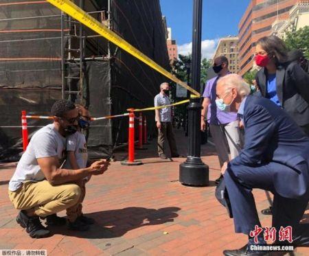 """当地时间5月31日,锁定美国民主党总统候选人提名的前副总统拜登在特拉华州前往了一个曾爆发了抗议示威活动的现场,单膝跪地与一名民众交谈,拜登称美国正""""处于痛苦之中""""。"""