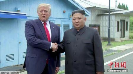 当地时间2019年6月30日下午,美国总统特朗普与朝鲜最高领导人金正恩在朝韩非军事区见面,并握手问候。
