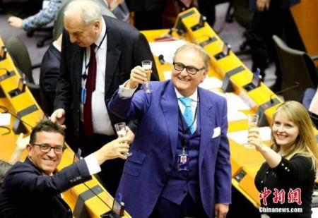 """当地时间2020年1月29日,欧洲议会投票批准""""脱欧""""协议。投票结束后,在场议员举杯告别。中新社发 欧盟供图"""