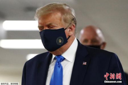 当地时间11日,特朗普首次公开佩戴口罩。