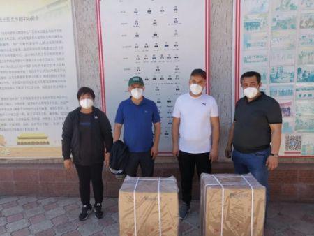 图为杨彩平和中亚新疆商会工作人员去捐赠呼吸机。