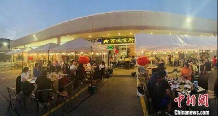 加拿大时间7月18日晚上,大多伦多地区华人聚居区万锦市,一家中餐馆开起了露天大排档,不仅有烧烤啤酒,还有乐队驻场演出。中新社记者 余瑞冬 摄