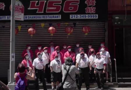 """""""守护天使""""组织在纽约曼哈顿唐人街巡逻。(视频截图自纪录片《守护Chinatown》)"""