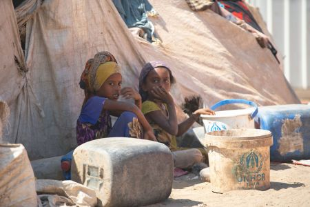 资料图:2019年2月26日,也门儿童坐在一个的流离失所营地中。