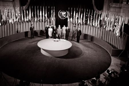 """1945年6月26日,《联合国宪章》签字仪式在美国旧金山""""老兵战争纪念馆""""举行。图片来源:联合国官网 联合国图片Yould"""