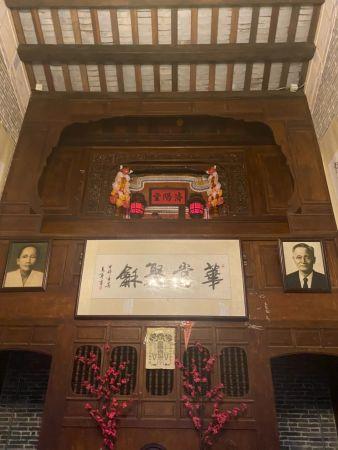 供奉蔡家先祖的高阁,右侧相片为蔡家森(李明阳/摄)