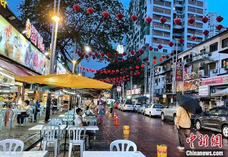 12月12日晚,过去一座难求的亚罗街如今客流稀疏。中新社记者 陈悦 摄