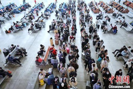 资料图:旅客等待检票。 胡燕 摄