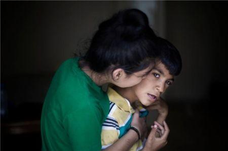 伊拉克小男孩萨米尔(右)与家人在一起。UNHCRDiego Ibarra Sánchez图片来源:联合国网站